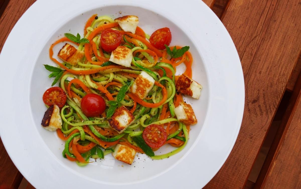 Veggie Time: Zucchini Noodles mit Halloumi, Kirschtomaten und frischer Minze